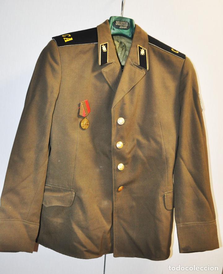 CHAQUETA MILITAR SOVIETICA CON MEDALLA .SOLDADO RASO.URSS (Militar - Uniformes Internacionales)
