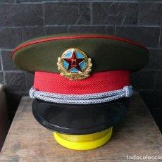 Militaria: GORRA DE OFICIAL DEL EJÉRCITO CHINO. TALLA 57. Lote 243032785