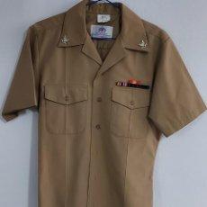 Militaria: CAMISA DE LA NAVY CON PASADOR E INSIGNIAS.. Lote 254039345