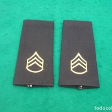 Militaria: PAR DE HOMBRERAS DE TELA COLOR NEGRO CON EL RANGO DE SARGENTO BORDADO ( TRES GALONES )US ARMY.. Lote 255364275