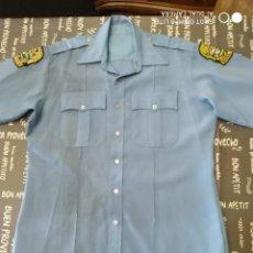 Militaria: ORIGINAL Y ANTIGUA CAMISA POLICIA EEUU ESTADOS UNIDOS CON DOS PARCHES EMBLEMAS MOTORISTA AMERICANO. Lote 274639873