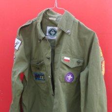 Militaria: CAMISA ORIGINAL SCOUTS DE POLONIA, CON MULTITUD DE EMBLEMAS BORDADOS Y ESPECIALIDADES... Lote 284779988