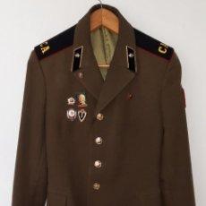 Militaria: ANTIGUA CHAQUETA MILITAR DE OFICIAL RUSA, SOVIETICA, URSS, CCCP, CON INSIGNIAS - AÑOS 80. Lote 286526708