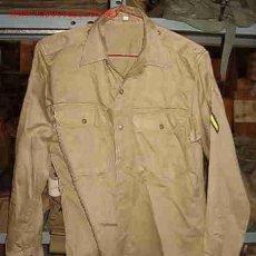 Militaria: CAMISA DE MANGA LARGA, AÑOS 80, CON 2 PARCHES, TALLA 15 1/2 X 32. Lote 17518189