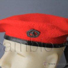 Militaria: 1 BOINA ROJA DE LA O.J.E. CON ESCUDO VALE QUIEN SIRVE. RÉGIMEN ANTERIOR.. Lote 31230778