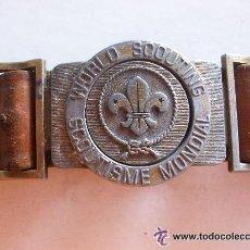 Militaria: CEÑIDOR COLOR AVELLADA DE LOS BOY SCOUT ESPAÑOLES . HEBILLA EN FRANCES E INGLES. Lote 39246523