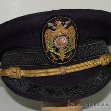 Militaria: ANTIGUA GORRA MILITAR EPOCA DE FRANCO CON PARCHE DE AGUILA IMPERIAL Y RUEDA DENTADA BORDADAS EN HILO. Lote 38267221