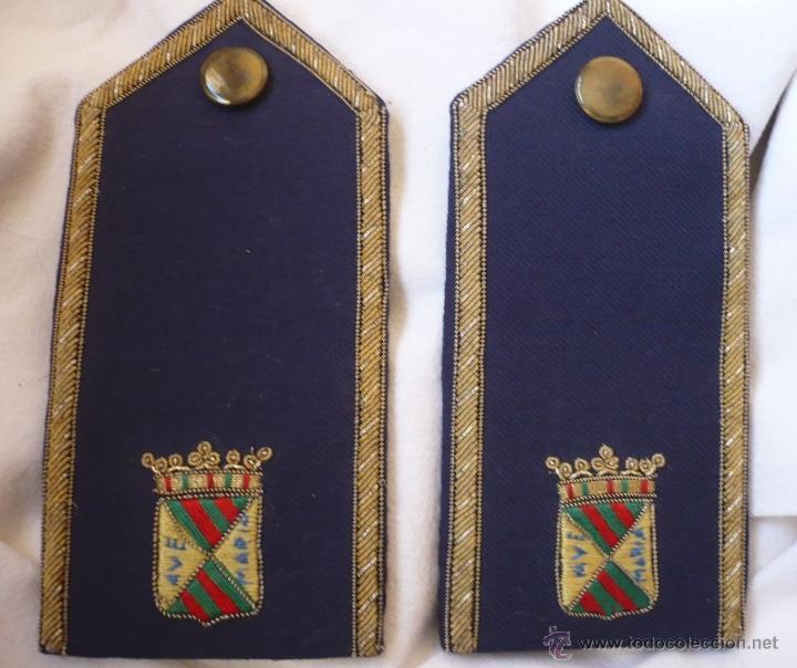 PAR DE PALAS - HOMBRERA DE TELA BORDADA A MANO POSIBLEMENTE DE POLICÍA MUNICIPAL DE TORRELAVEGA (Militar - Otros relacionados con uniformes )