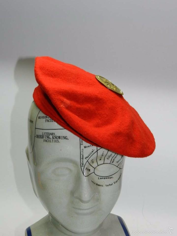 Militaria: Boina roja con insignia de mando de falange, tal y como se ve en las fotografias puestas. - Foto 2 - 56610940