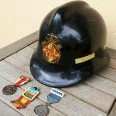 Militaria: BOMBEROS DE BARCELONA,CASCO BOMBERO AÑOS 70 Y 3 MEDALLA CONDECORACION AL MERITO-HONOR Y SERVICIO.. Lote 61129347
