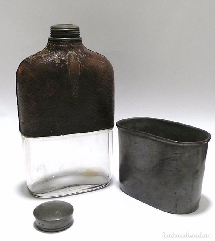 Militaria: Petaca, cantimplora de campaña- vidrio, cuero y vaso auxiliar de estaño- Primera mitad S.XX - Foto 2 - 71689319