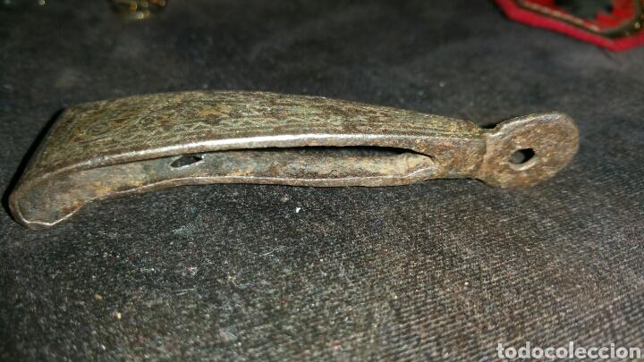 Militaria: Colgante o colgador para espada probablemente siglo XVI realizado en forja y damasquinado - Foto 2 - 74391246