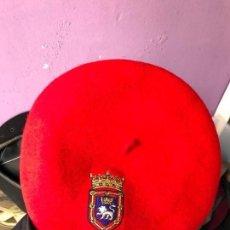 Militaria: CURIOSA BOINA CON ESCUDO PAMPLONA IRUÑA - TXAPELA. Lote 92207505