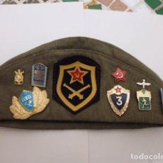 Militaria: -GORRO MILITAR RUSO CON MUCHOS EMBLEMAS E INSIGNIAS -RARO. Lote 94037515