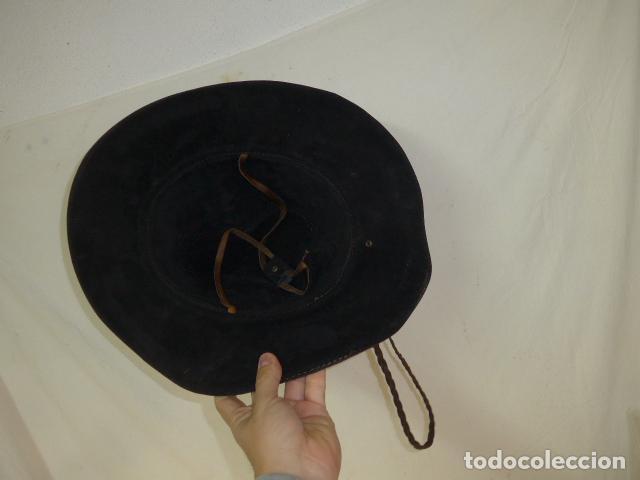 Militaria: Antiguo gorro o sombrero de tipo cowboy, del oeste, en cuero trabajado, original. - Foto 6 - 104643123