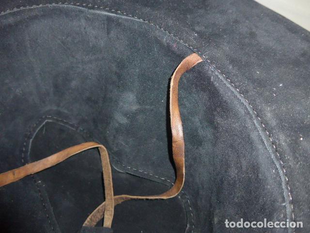 Militaria: Antiguo gorro o sombrero de tipo cowboy, del oeste, en cuero trabajado, original. - Foto 7 - 104643123
