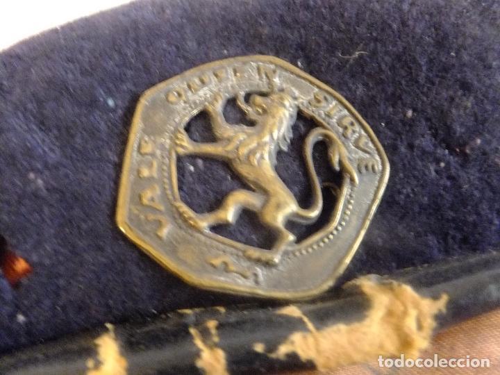 Militaria: Boina gorra OJE Organizaciçon Juvenil Española con insignia de escudo metálico con león firmada - Foto 3 - 107622651