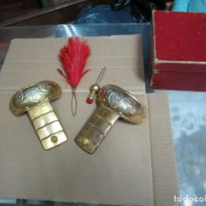 Militaria: CONJUNTO DE HOMBRERAS Y ACCESORIOS EN CAJA. Lote 109477691