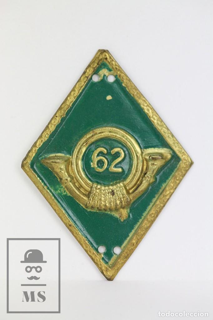 ROMBO MILITAR DE METAL - CORREOS ? / COLOR VERDE - MEDIDAS 3,5 X 4,5 CM (Militar - Otros relacionados con uniformes )