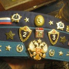 Militaria: ANTIGUA GORRA BOINA MILITAR CONLOTE DE 37 INSIGNIAS RUSAS MILITARES O MEDALLAS. Lote 112681583