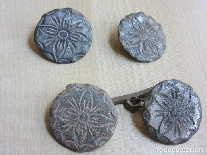 Militaria: 4 botones con flor de 4 pétalos Siglo XVIII o XIX - Foto 2 - 121360099