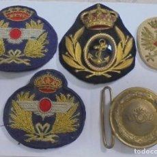 Militaria: LOTE DE 4 PARCHES DE TELA Y 1 HEBILLA. MILITAR. VER FOTOS. Lote 121727455