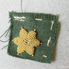 Militaria: ESTRELLA BORDADA DORADA DE 6 PUNTAS SOBRE TELA - ESTRELLA CON FONDO VERDE - GUARDIA CIVIL. Lote 123259439