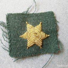 Militaria: ESTRELLA BORDADA DORADA DE 6 PUNTAS SOBRE TELA - ESTRELLA CON FONDO VERDE - GUARDIA CIVIL. Lote 123267887
