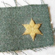 Militaria: ESTRELLA BORDADA DORADA DE 6 PUNTAS SOBRE TELA - ESTRELLA CON FONDO VERDE - GUARDIA CIVIL. Lote 123272311