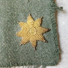Militaria: ESTRELLA BORDADA DORADA DE 8 PUNTAS SOBRE TELA CON FONDO VERDE GUARDIA CIVIL. PREGUNTAR MAS UNIDADES. Lote 123272543