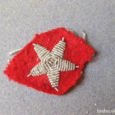 Militaria: ANTIGUA ESTRELLA BORDADA PLATEADA DE 5 PUNTAS SOBRE CON FONDO DE HILO ROJO. Lote 123274555