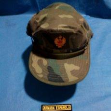 Militaria: CONJUNTO DE ANTIGUA GORRA MILITAR ORIGINAL Y DOS PARCHES. Lote 125242006