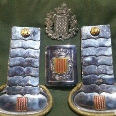 Militaria: CONJUNTO DE CHARRETERAS Y HEBILLA DE CINTURÓN DE TARRAGONA Y CHAPA PARA GORRA O ROS. Lote 137808033