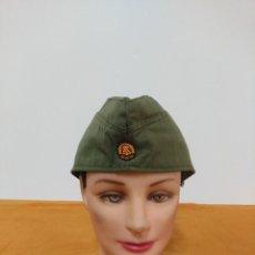 Militaria: GORRILLO DE LA ANTIGUA RDA TROPA. EMBLEMA BORDADO. Lote 147902878