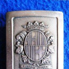 Militaria: ANTIGUA HEBILLA METÁLICA DE CINTURÓN DE CHAROL DE LA GUARDIA URBANA DE BARCELONA. ORIGINAL DE ÉPOCA.. Lote 155711170