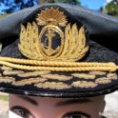 Militaria: WW II ERA ARGENTINA NAVY ADMIRAL DAILY EMBROIDERY BADGE BLUE HAT CAP SCARCE. Lote 160639458