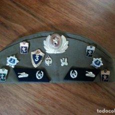 Militaria: GORRA MILITAR CON ESCUDOS BORDADOS EN TELA Y PINS RUSOS. Lote 163567210
