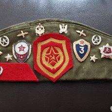 Militaria: ANTIGUO GORRO MILITAR EJERCITO RUSO CON BORDADOS E INSIGNIAS ESCUDOS Y PINS URSS. Lote 166480692