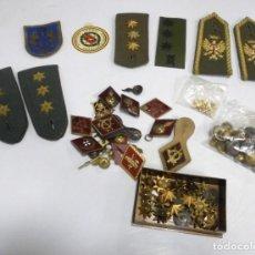 Militaria: LOTE MILITAR. PEPITOS, BOTONES, INSIGINIAS, HOMBRERAS Y OTROS. VER FOTOS. Lote 171316299