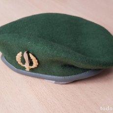 Militaria: BOINA VERDE CON EMBLEMA METALICO OES. Lote 171583225
