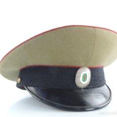 Militaria: ANTIGUO GORRO DE OFICIAL MILITAR CON INSIGNIA . Lote 175159950