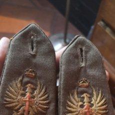 Militaria: ANTIGUAS HOMBRERAS BORDADAS EN HILO DE ORO AÑO 41. Lote 175163997
