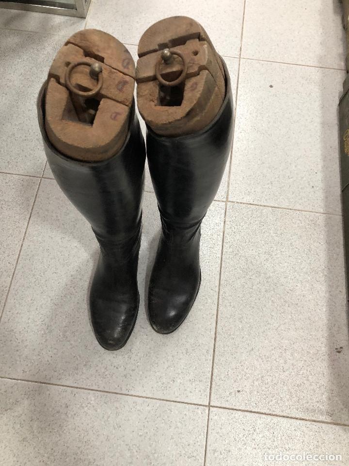 ANTIGUAS BOTAS DE CUERO CON HORMA (Militar - Botas y Calzado)