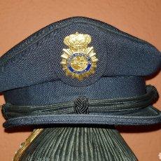 Militaria: ANTIGUA GORRA POLICIAL CUERPO NACIONAL DE POLICÍA ESCALA BÁSICA TALLA 56 EXCELENTE ESTADO. Lote 184473245