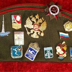 Militaria: GORRA MILITAR RUSA. CON CONDECORACIONES MILITARES Y PINS. RUSIA. SIGLO XX. Lote 188577413