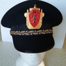 Militaria: GORRA DE OFICIAL DE POLICÍA DE NORUEGA, POLITI NORWAY, CON ESCUDO METÁLICO A COLOR. Lote 190351202