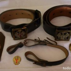 Militaria: CINTURONES-PORTA SABLE-PALA Y EMBLEMAS. Lote 190973880