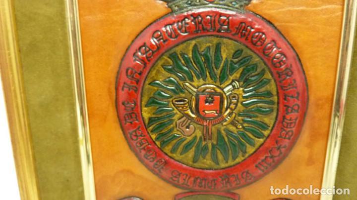 Militaria: ANTIGUO CUADRO DE BANDERIN MILITAR CUERO - Foto 3 - 191379471