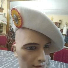Militaria: BOINA BLANCA GALA DE GUARDIA FRANCO, PIQUEROS, LANCEROS INSIGNIA ESCARAPAELA ROSETA METAL ESMALTADA. Lote 191382422