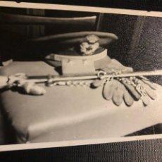 Militaria: ANTIGUA FOTOGRAFIA - ACCESORIOS MILITARES - AÑO 1964 - 10.5X7.5CM. Lote 191833366